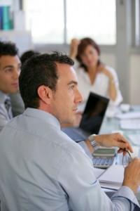 Des employés écoutent la présentation d'un expert en mutuelle