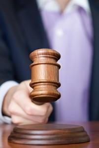 Le juge rend son verdict en tapant avec son marteau